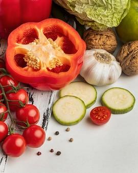 Alto ángulo de tomates con ajo y pimiento