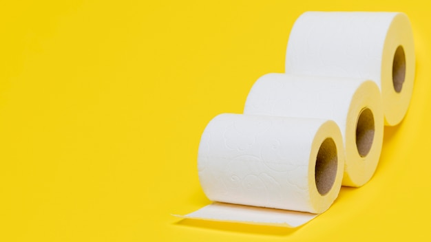 Alto ángulo de tres rollos de papel higiénico con espacio de copia