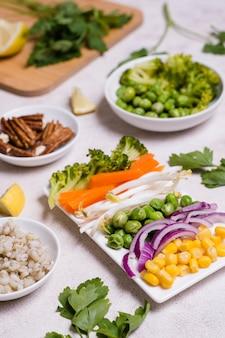 Alto ángulo de variedad de alimentos saludables.