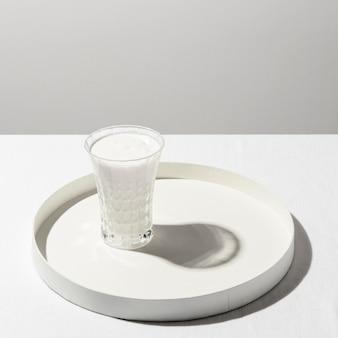 Alto ángulo de vaso de leche en bandeja con espacio de copia