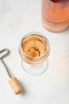 Alto ángulo de vino rosado en copa
