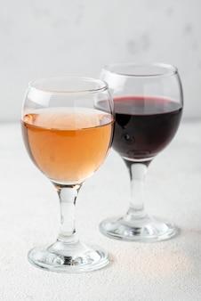 Alto ángulo de vino rosado y tinto para degustar