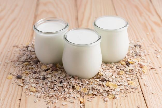 Alto ángulo de yogur natural en frascos con avena
