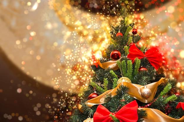 Alto árbol de navidad con brillo