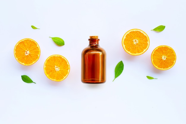 Alto contenido de vitamina c. cítricos frescos de naranja con aceite esencial aislado en blanco