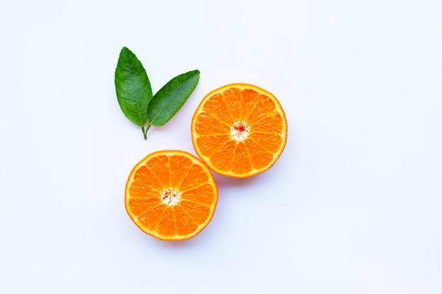 Alto contenido de vitamina c. cítricos frescos de naranja con hojas aisladas en blanco