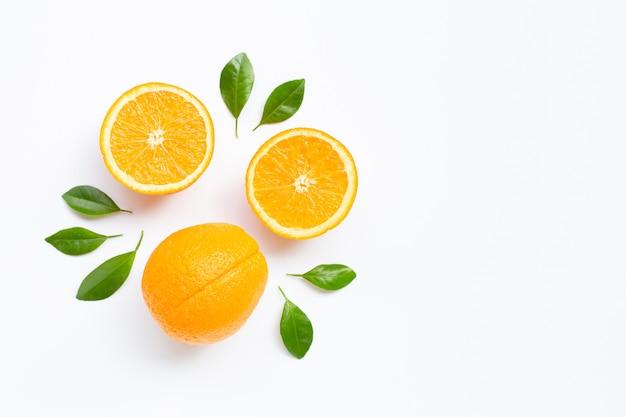 Alto contenido de vitamina c. fruta cítrica naranja fresca con hojas aisladas en blanco.