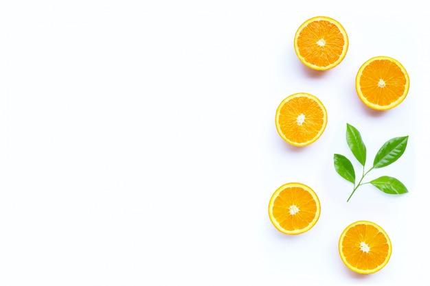 Alto contenido de vitamina c, jugosa y dulce. fruta fresca de naranja aislada.