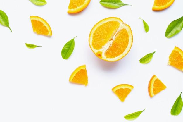 Alto contenido de vitamina c, jugosa y dulce. fruta fresca de naranja con hojas verdes sobre fondo blanco.