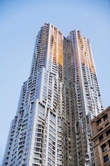 Alto rascacielos moderno estructural.