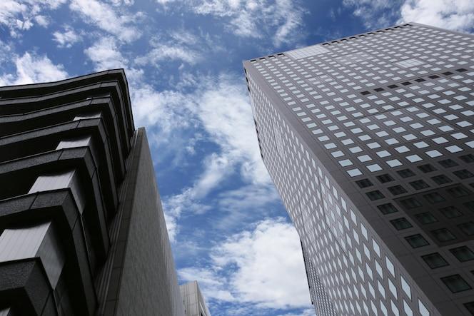 Alto rascacielos o edificio de negocios.