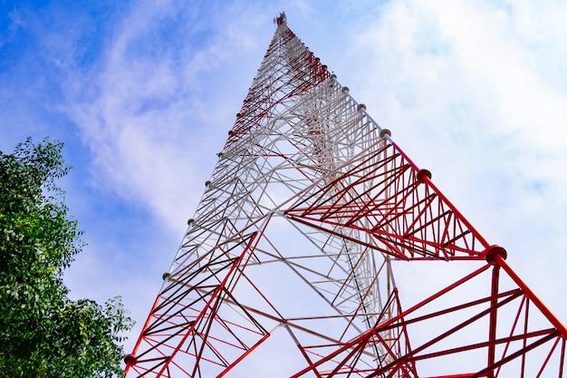 Alto voltaje eléctrico, señalización, poste de comunicación sobre fondo de cielo.
