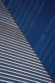 Altos rascacielos de cristal en las calles de singapur. fondo de ventanas de oficina, primer plano
