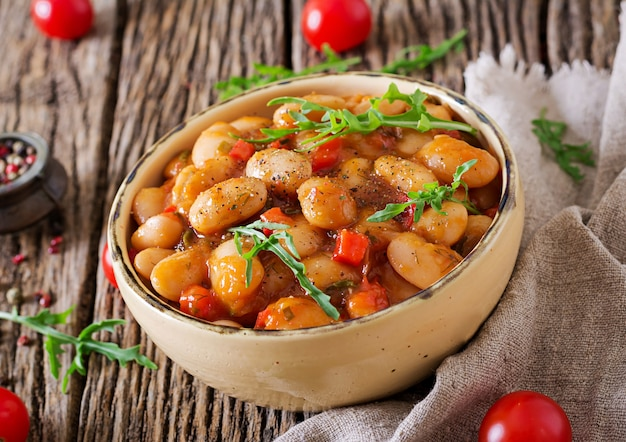 Alubias blancas al vapor con verduras en salsa de tomate. comida vegana. comida asiática