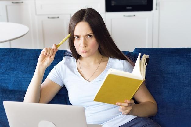 Alumna se capacita en línea mediante lecciones en video