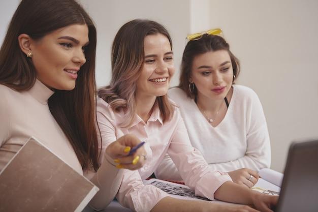 Alumnas trabajando juntas en un proyecto