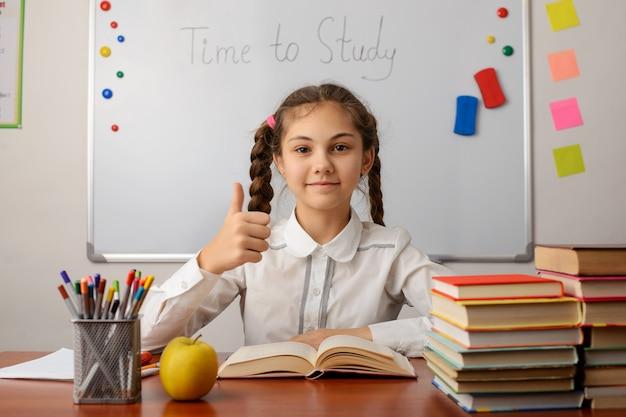 Alumno alegre mostrando pulgares arriba gesto