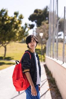 Alumno étnico después de la escuela en el parque