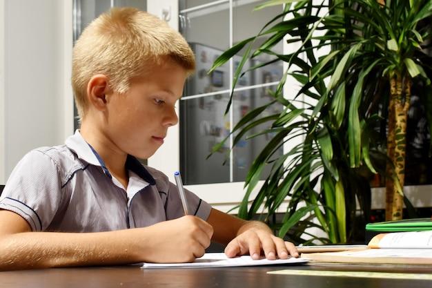El alumno hace tareas escolares por la noche.