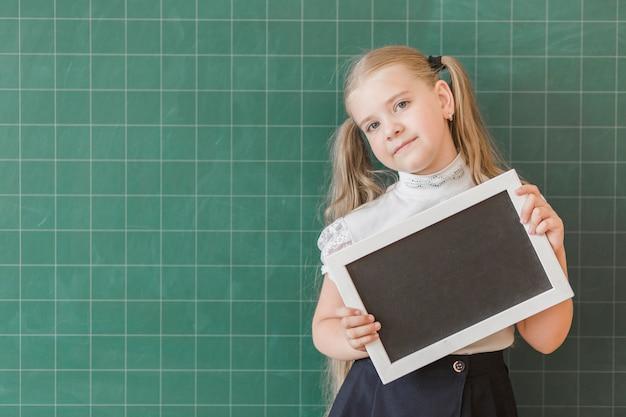 Alumno con marco de pizarra