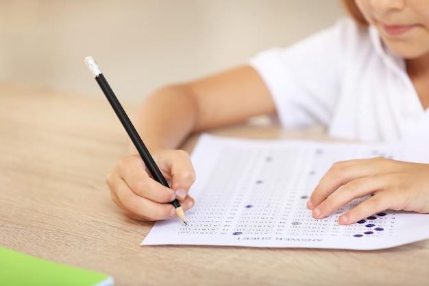 Alumno pasando la prueba escolar en el aula