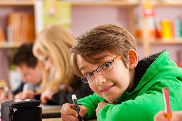Alumnos en la escuela haciendo la tarea