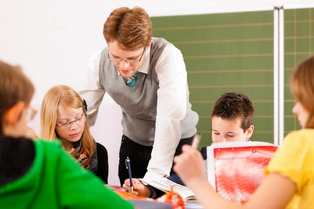Alumnos y profesores aprendiendo en la escuela