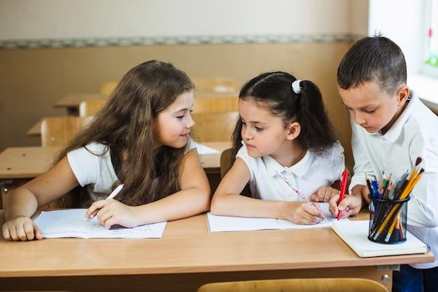 Alumnos que estudian en el aula