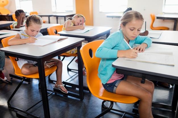 Alumnos que estudian en su escritorio