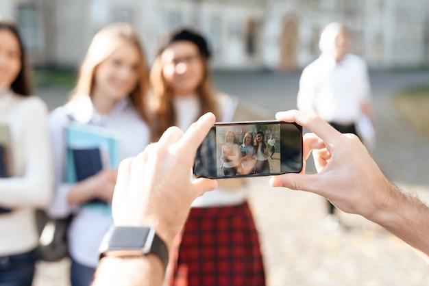 Los alumnos son fotografiados en el patio de la universidad.