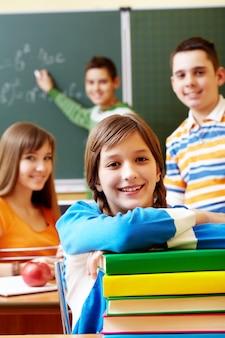 Alumnos sonrientes sentados en clase