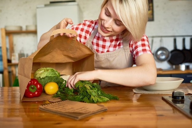 Ama de casa bonita en cocina acogedora