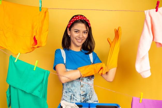 Ama de casa divertida y hermosa haciendo las tareas del hogar