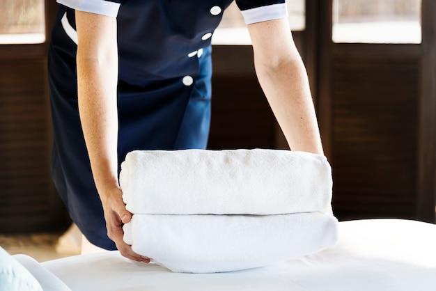Ama de casa limpiando una habitación de hotel