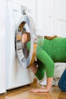 Ama de llaves con lavadora