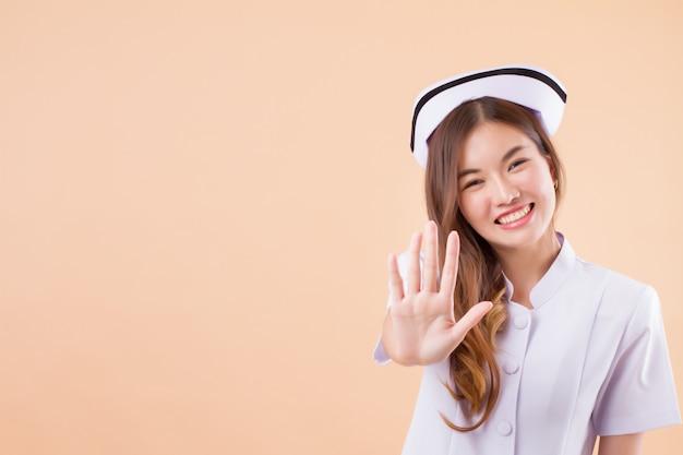 Amable enfermera diciendo no con detener señal de mano