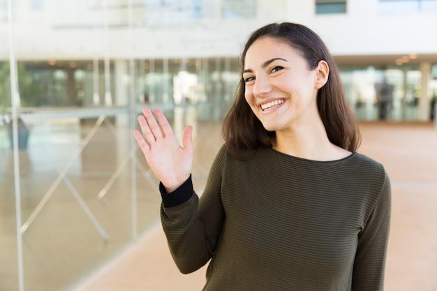 Amable mujer latina feliz saludando hola