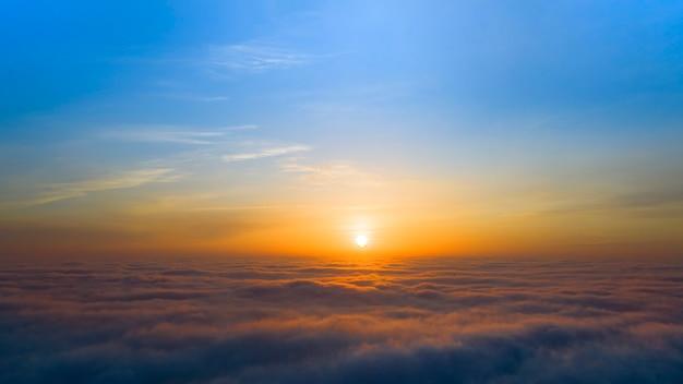 Amanecer amarillo y azul sobre nubes, concepto, viajes y ocio.