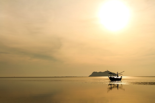 Amanecer y bodegón en la playa un hermoso paisaje
