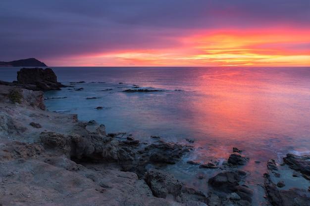 Amanecer en la costa de escullos. parque natural cabo de gata. españa.