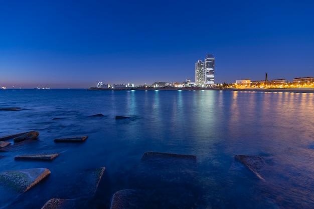 Amanecer en la hora azul de la playa de la ciudad.