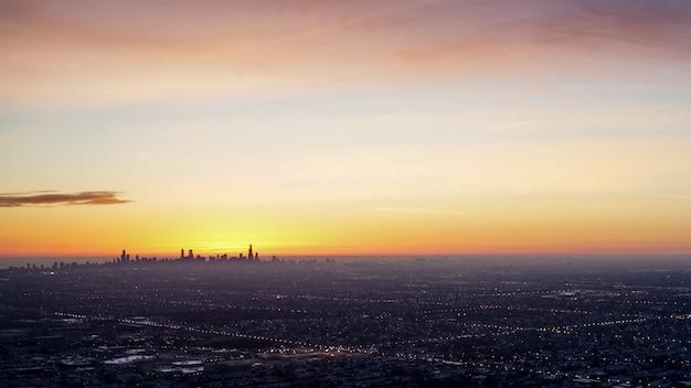 Amanecer del horizonte de chicago con el lago michigan