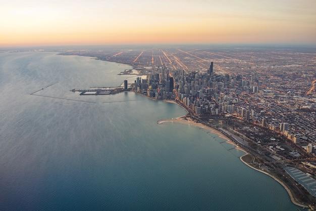 Amanecer del horizonte de chicago con vista aérea del lago michigan
