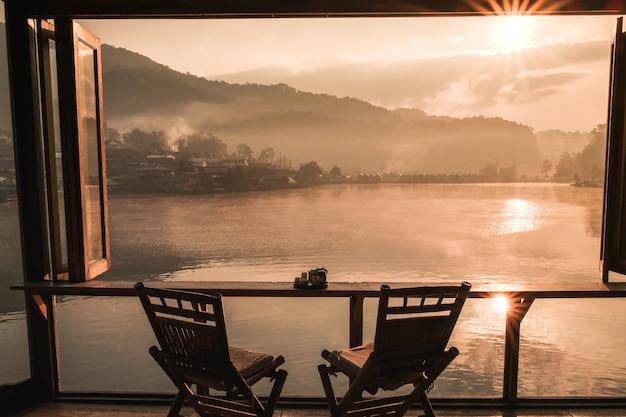 Amanecer en lee wine rak thai, asentamiento chino, mae hong son, tailandia