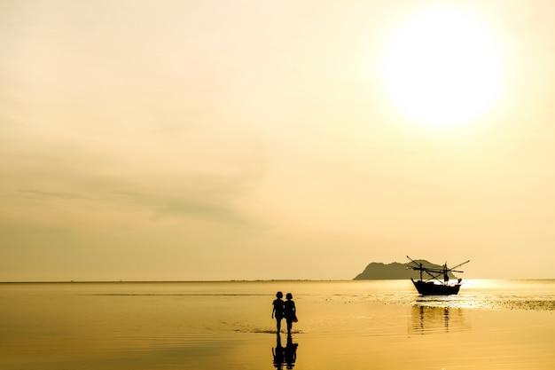 Amanecer y mar en calma con fondo de cielo azul