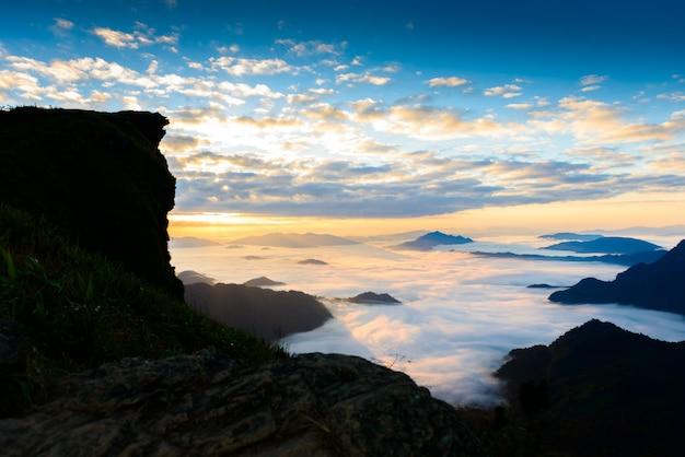 Amanecer y mar de niebla en el parque forestal phucheefa