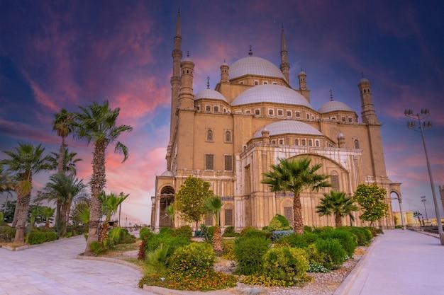 Amanecer en la mezquita de alabastro en la ciudad de el cairo. egipcio