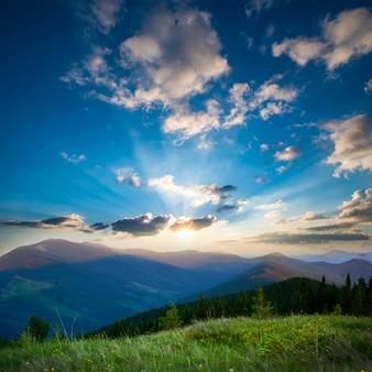 Amanecer en las montañas de los cárpatos