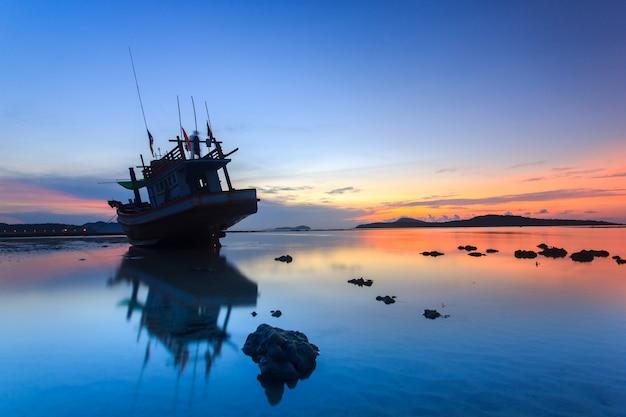 Amanecer en la playa del amanecer en phuket, tailandia