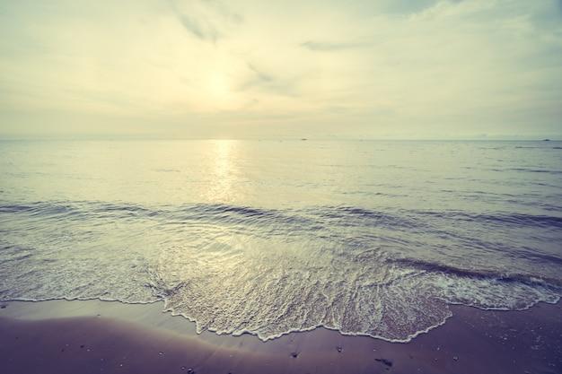 Amanecer en la playa tropical